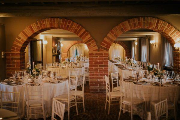 casolare Umbria sala interna con archi